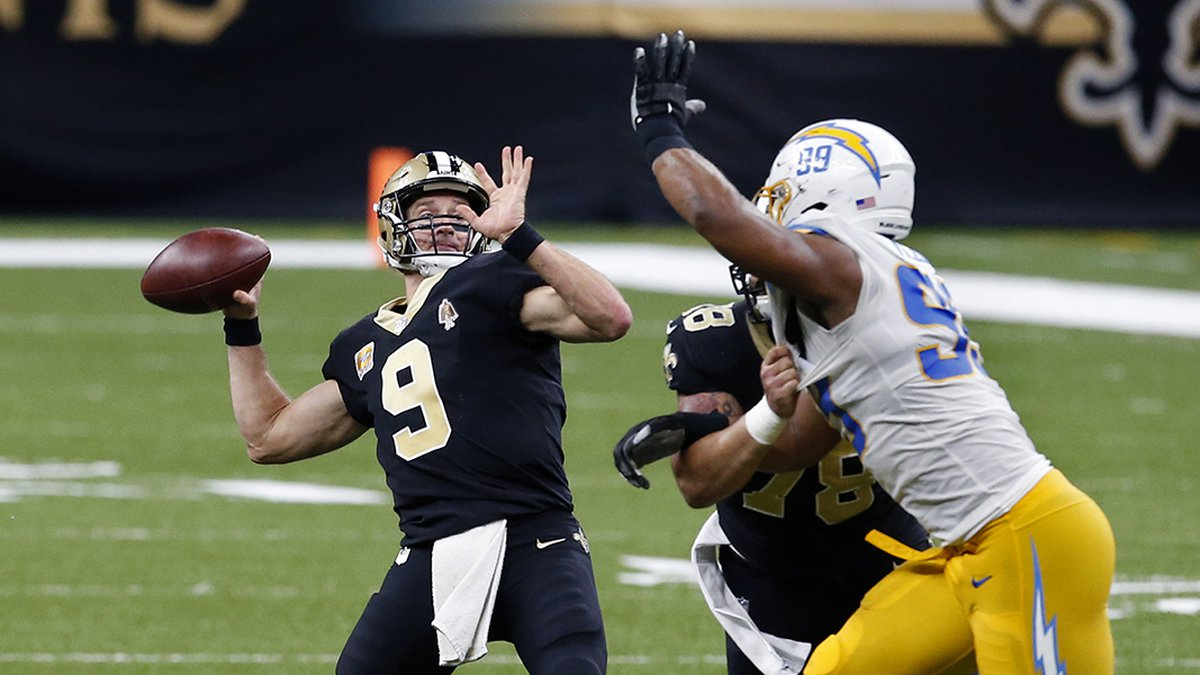 New Orleans Saints quarterback Drew Brees (9) throws a touchdown pass to tight end Jared Cook,...