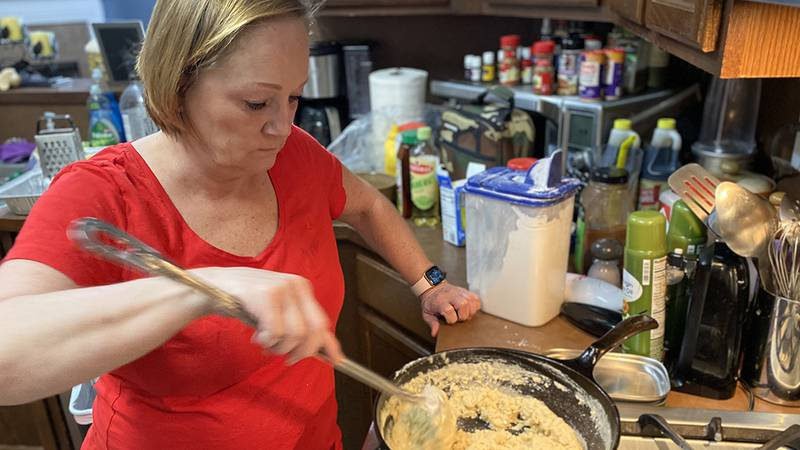 Angie Grunewald prepares a meal for Sue and Donnie Hallmark.