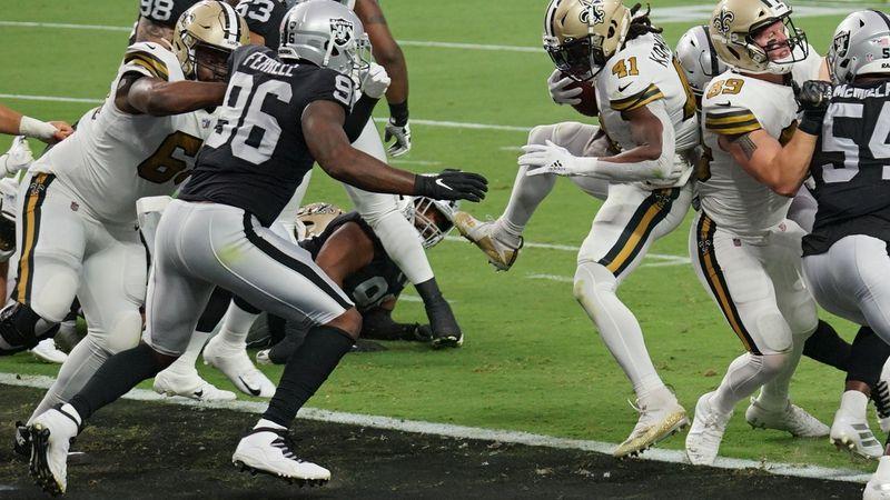 Alvin Kamara scored a 1-yard TD against the Raiders. (Source: Edwin Goode)